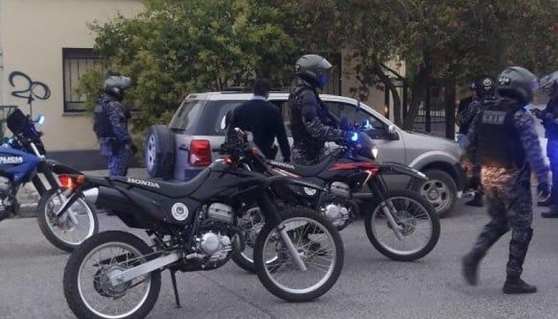 La policía detuvo a cuatro personas por daños