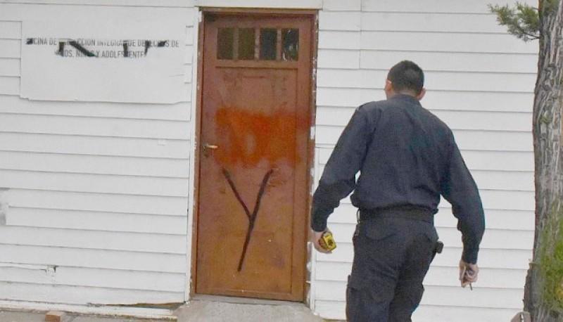 La policía realizó las pericias del caso en el Oficina de Niñez. (Foto gentileza Alcides Quiroga)