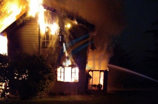 Las llamas consumieron la vivienda.