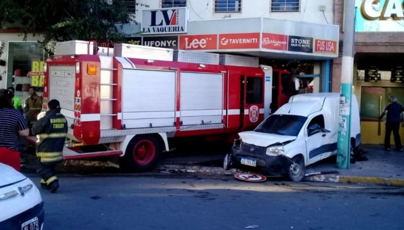 Camión de bomberos se incrustó dentro de un local