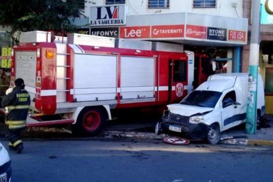 Camión de bomberos se incrustó dentro de un local