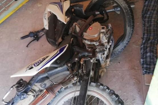 Un motociclista chocó y terminó dentro de una vivienda