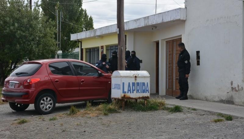 Vivienda allanada por el personal policial durante el mediodía de ayer. (Foto: C.R.)