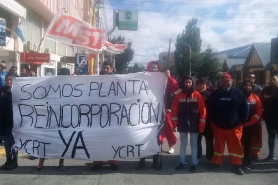 Los despedidos de YCRT se manifestaron en el izamiento dominical.