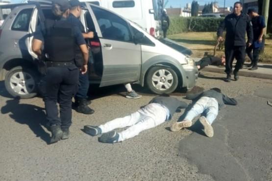 El rodado secuestrado y dos ocupantes.