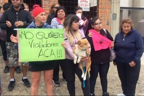 Los vecinos se manifestaron frente a la casa del zoofílico.