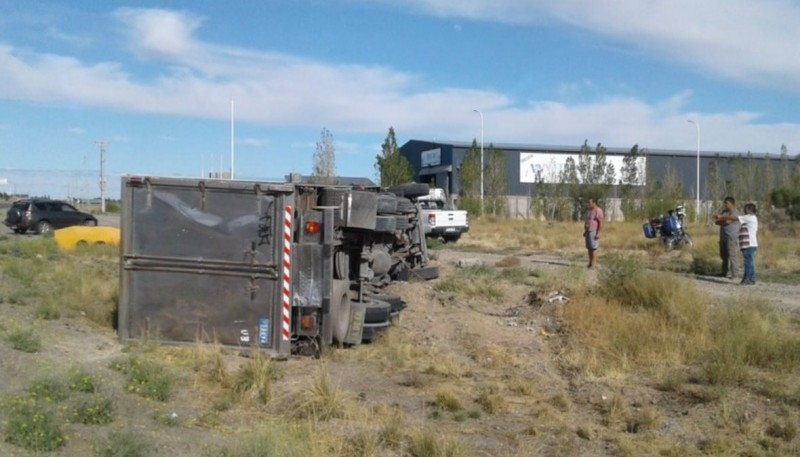 Un camión volcó en la Ruta N° 25
