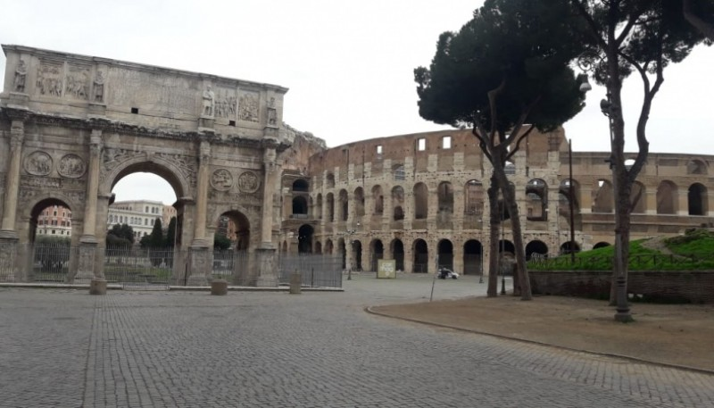 El Coliseo vacío en sus alrededores.