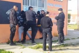 La policía detuvo a dos hombres tras robar golosinas