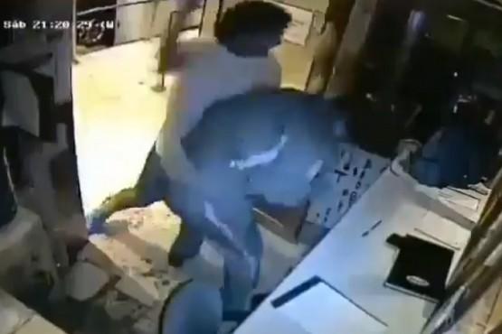 Momento de la agresión contra el guardia de seguridad.