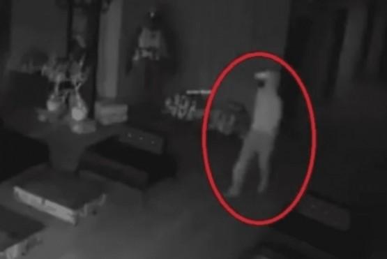 Ladrón ingresó a robar a un club y se asustó con su propio reflejo