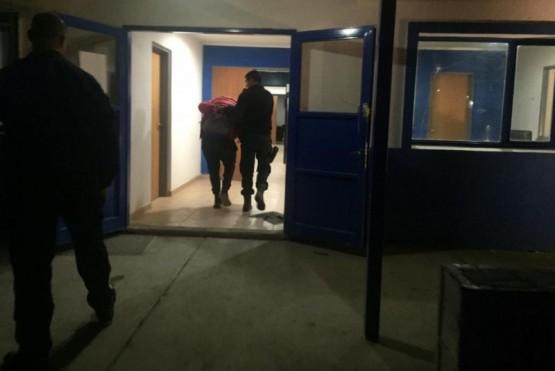 Momento en que uno de los detenidos ingresa a la Comisaría Séptima.