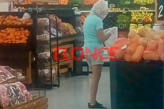 Una mujer hizo las compras con una bolsa de nylon en la cabeza