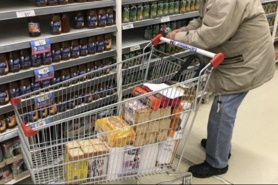 Hombre realizando compras (foto ilustrativa).