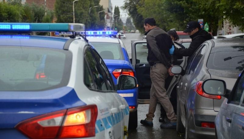 Detenido subido al móvil policial (Foto: C.Robledo).