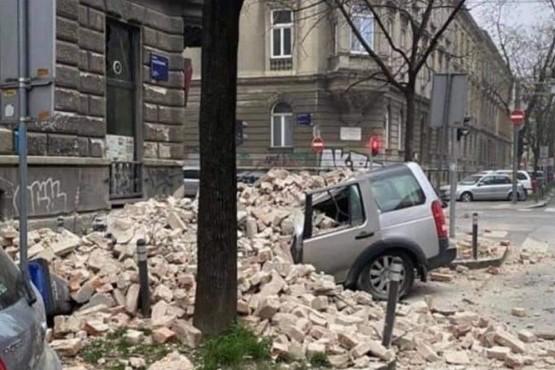 Daños en un vehículo ante la caída de una pared.