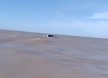 La camioneta en el mar.