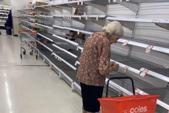 Fotografiaron a una anciana llorando frente a las góndolas vacías