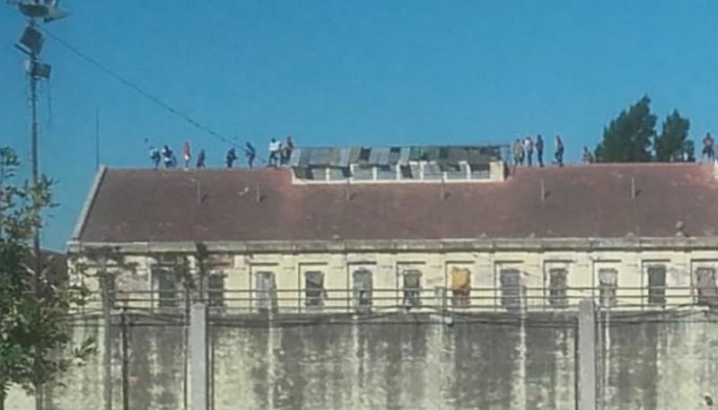 300 presos se amotinaron en la cárcel ante las medidas de prevención