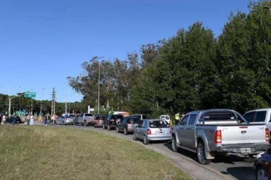 Fila de autos a la entrada de Pinamar, el viernes pasado.