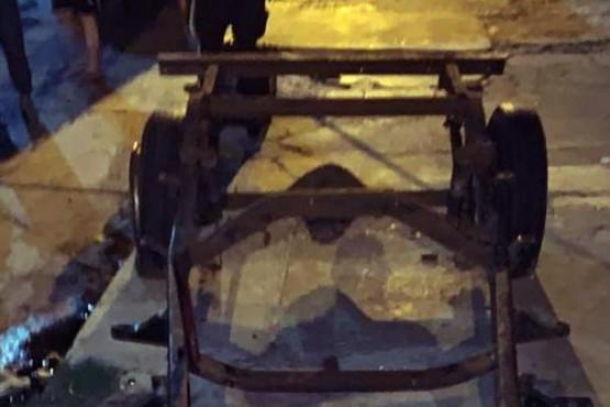 El carro contra el que golpeó el agresor.