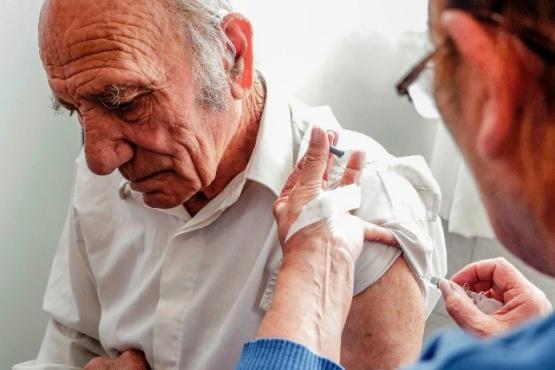 Vacunación antigripal para adultos mayores.