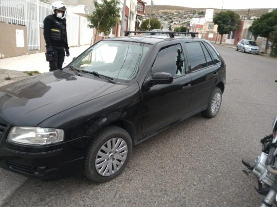 Encuentran auto abandonado y con los vidrios rotos