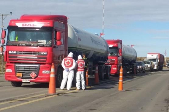 Fila de camiones en Chimen Aike (Foto: C.Robledo).)