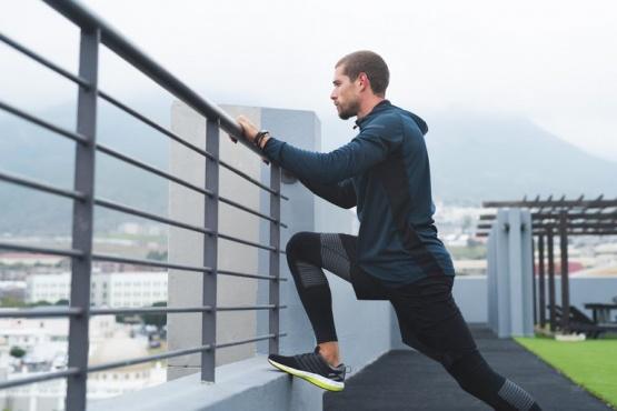 Ni la cuarentena lo paró: corrió una maratón en el balcón de su casa
