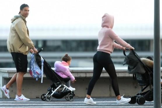 Cristiano y Georgina paseando a sus hijos.