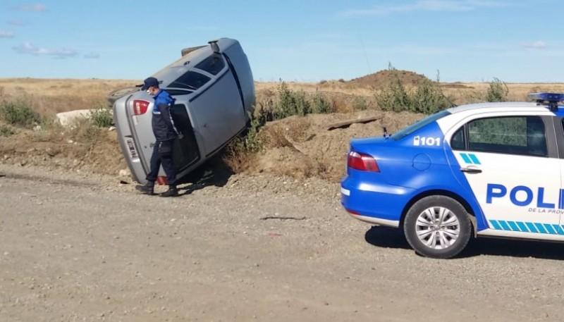 El vehículo volcado a un costado de la calle Crucero Gral. Belgrano