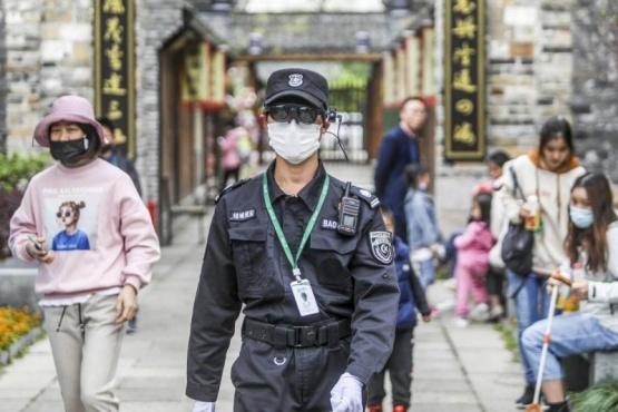Policía usando los lentes (SCMP.com)