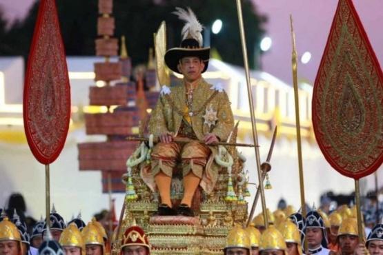 El rey de Tailandia realiza la cuarentena en Alemania junto a sus 20 esposas