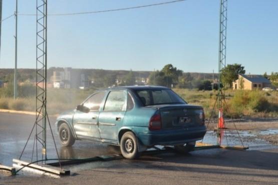 Crearon arcos con aspersores para desinfectar los vehículos