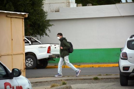 Un joven con barbijo camina por la vía pública (Foto C.R.)
