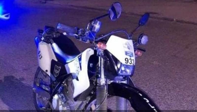 Moto en la que circulaba el policía al ser atropellado.