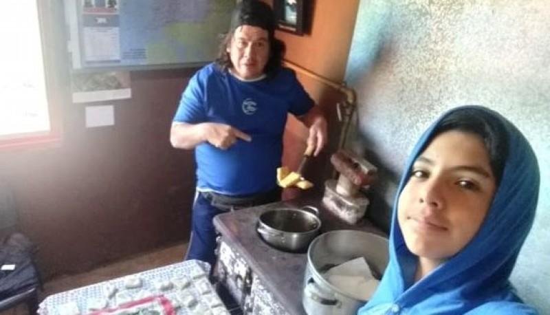 José cocina en familia mientras prepara el regreso.