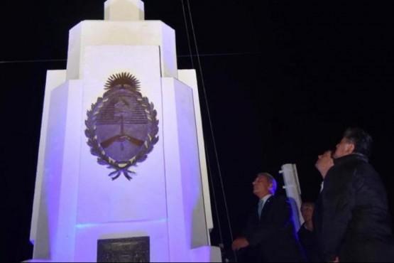 Arcioni izando la bandera nacional.