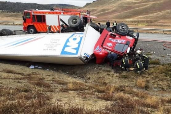 Bomberos rescataron el cuerpo del conductor del interior de la cabina.
