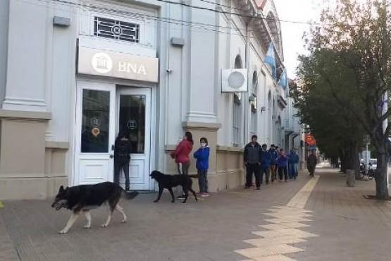 Larga fila de gente en el Banco Nación (Foto C.R.)
