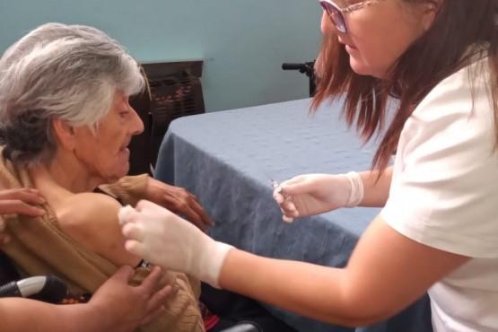 Vacunación a adultos mayores.