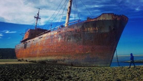 Roban anclas de 1600 kilos de un barco varado
