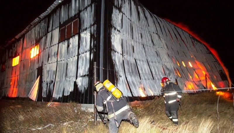 Bomberos trabajaron durante la noche para sofocar el fuego. (Foto: C.G.)