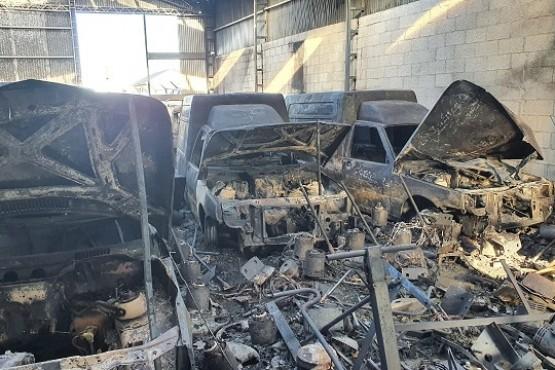 Los vehiculos dañados en el incendio.