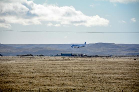 Un avión, proveniente de Buenos Aires, llega al aeropuerto de Ríio Gallegos. Fotos C. Robledo