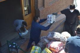 Municipio asiste con bolsones de alimentosa adultos mayores, madres solteras y familias
