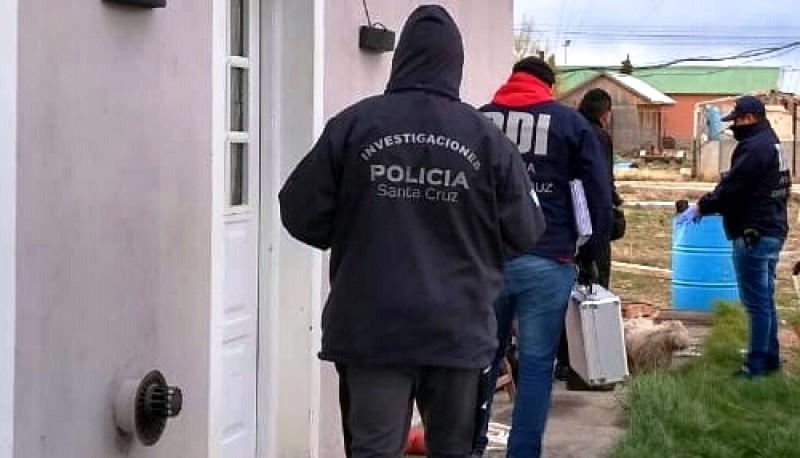 Los policías secuestraron varios elementos de interés en el allanamiento. (Foto archivo)