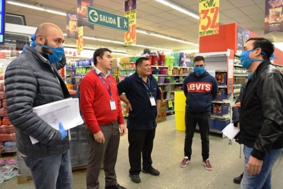 Grasso y Echazú en el supermercado, controlando precios.