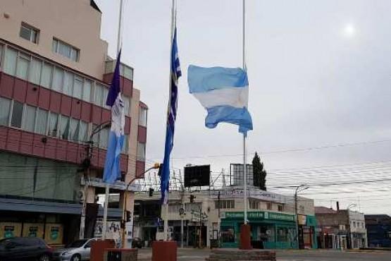 Izamiento en Río Gallegos: rindieron homenaje ante la muerte del prefecto