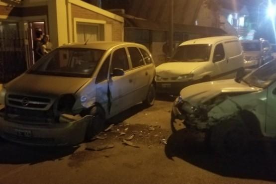 Joven en estado de ebriedad chocó contra varios vehículos estacionados